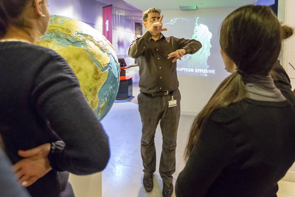 Visite d'une exposition en langue des signes au Palais de la Découverte, Paris, février 2014.  © Arnaud Robin / 06 76 23 38 34 / wwww.arnaudrobin.net / arnaudrobin@free.fr