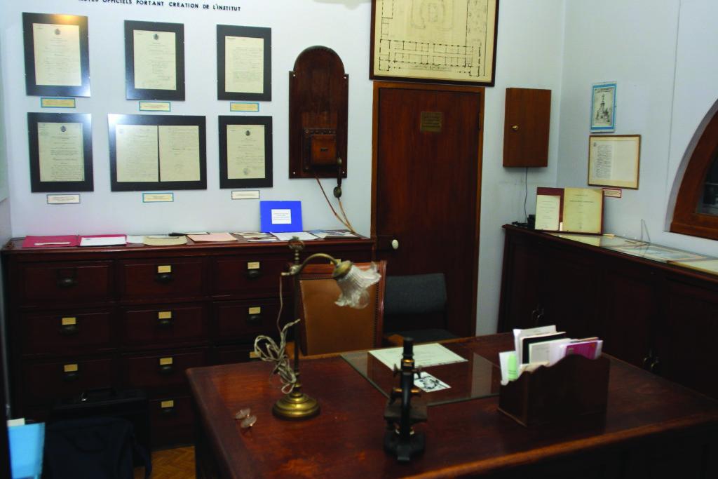 Le bureau de Camille Guérin et l'agenda sur lequel il notait jour après jour les résultats de ses expérimentations. Photothèque de l'Institut Pasteur de Lille
