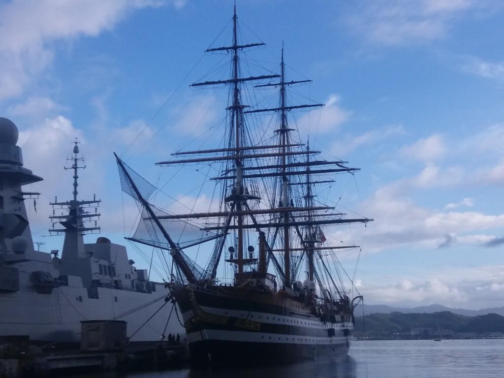 Le voilier Amerigo Vespucci (à droite) à côté d'un bateau militaire plus récent. Photo : Annalisa Plaitano