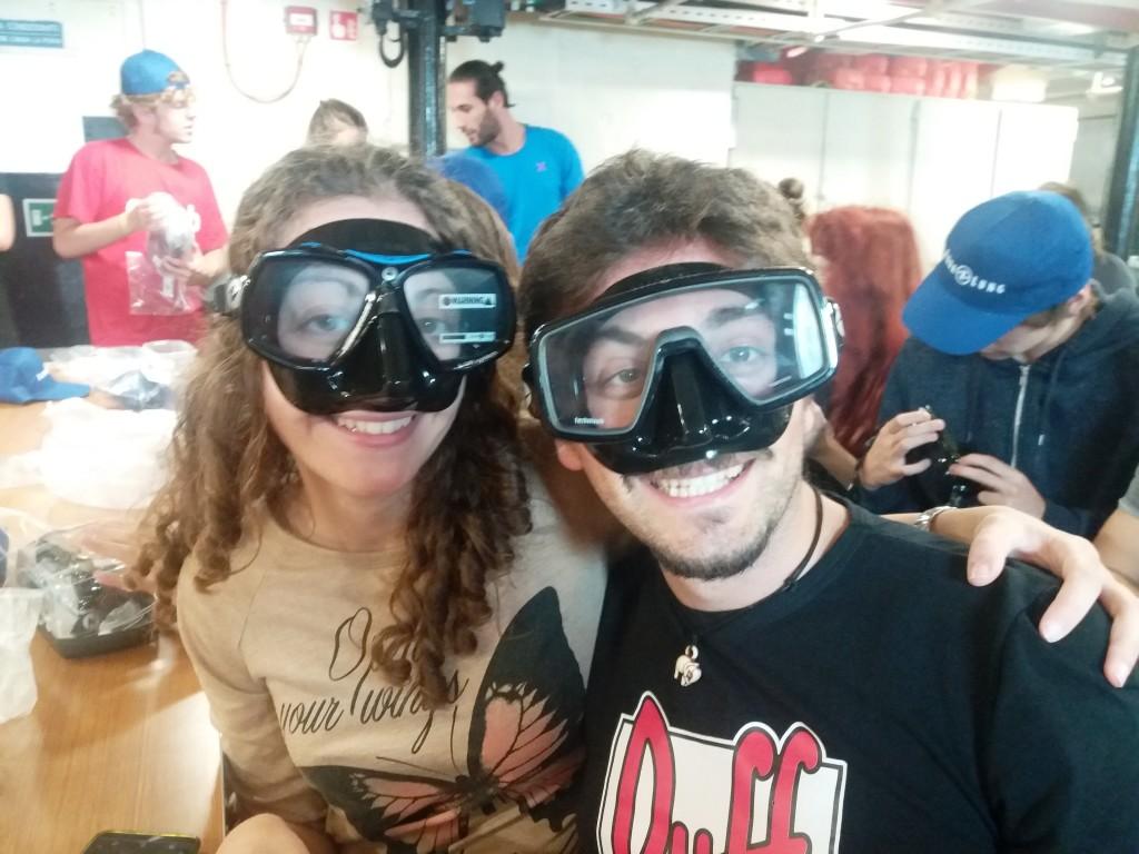 deux jeunes avec des masques de plongée